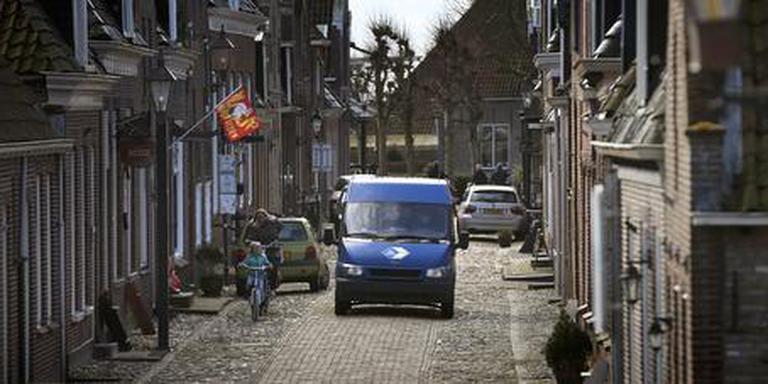 De smalle straatjes in het centrum van Hindeloopen, waar hulpdiensten nauwelijks kunnen passeren als er veel auto's staan. FOTO CATRINUS VAN DER VEEN