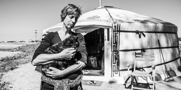 José Pappot met een van haar drie katten voor haar yurt. FOTO TON GROOT HAAR