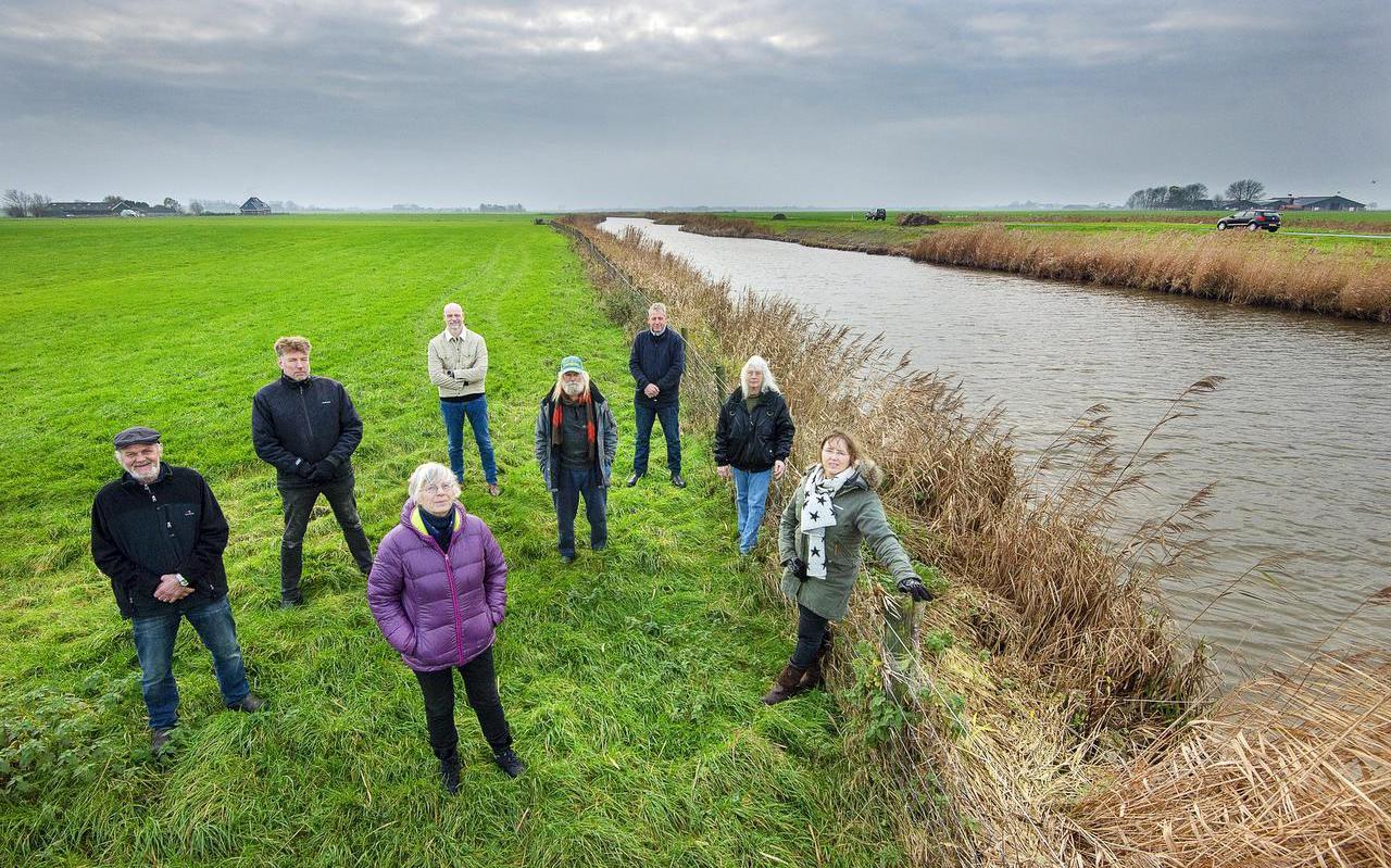 De bezwaarmakende omwonenden op de plek waar een deel van het fietspad komt. In het midden vooraan Marga van den Ham. Rechts, aan de andere kant van het water, de Lauwersseewei.