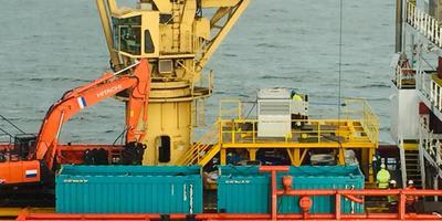 Het losse afval van de MSC Zoe wordt op zee verzameld in containers.