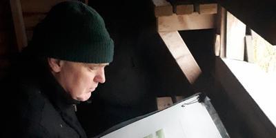Jan Kleefstra luistert en schrijft het Friese landschap. Dit keer in de vogelkijkhut in natuurgebied Skrins.