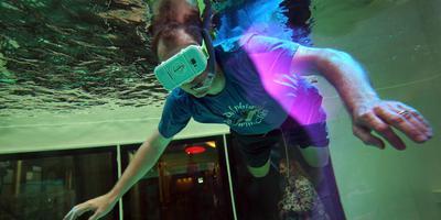 Benno Brada duikt met virtuele dolfijnen. FOTO NIELS WESTRA