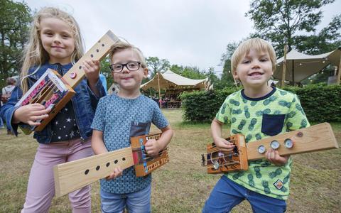 Zelf muziekinstrumenten maken, ook dat kan op het Oranjewoud Festival. FOTO RENS HOOYENGA.