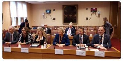 Dinsdag: op bezoek bij een delegatie van het House of Lords. FOTO NEDERLANDSE DELEGATIE