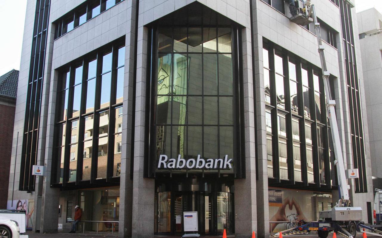 Een vestiging van de Rabobank in Leeuwarden. Bankkantoren verdwijnen meer en meer uit het straatbeeld.  foto anton kappers