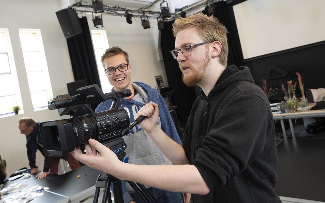 Niels Dros en Sjouke Quarré inspecteren de nieuwe camera voor het komende seizoen van Downtown Café.