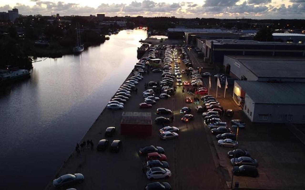 Luchtfoto van de car meeting aan de Junokade in Leeuwarden.