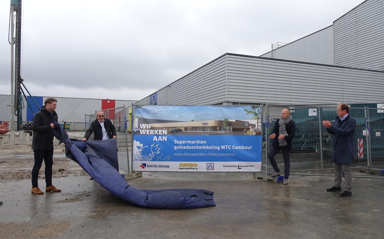 Vertegenwoordigers van Jumbo en Aldi onthullen met wethouders Hein de Haan en Friso Douwstra het bouwbord voor de supermarkten bij het Leeuwarder WTC. Foto LC/Erwin Boers