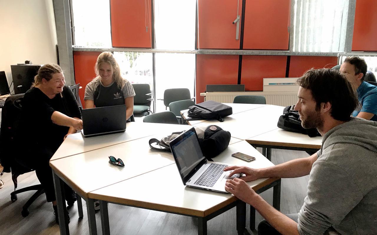 De wekelijkse sollicitatietraining trekt gemiddeld vijf tot zes bezoekers. Links krijgt Monique van Borkulo hulp van Larissa van der Wal, rechts zit Leon de Vries. FOTO LC/INES JONKER