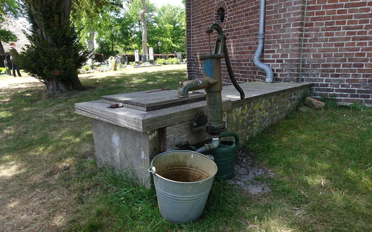 Waterkelder met pomp bij de kerk van Readtsjerk. Foto LC/Erwin Boers.