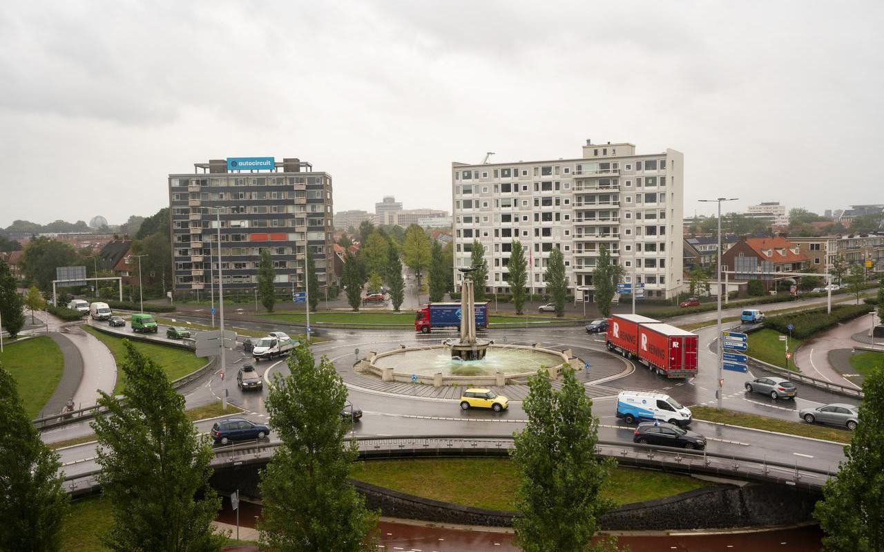 Het Europaplein gezien vanaf de Valeriusflat. Rechtsboven de afslag naar de Heliconweg. Rechtsonder de Harlingerstraatweg richting Crystalic. Linksonder de Valeriusstraat en linksboven de Harlingerstraatweg richting binnenstad.