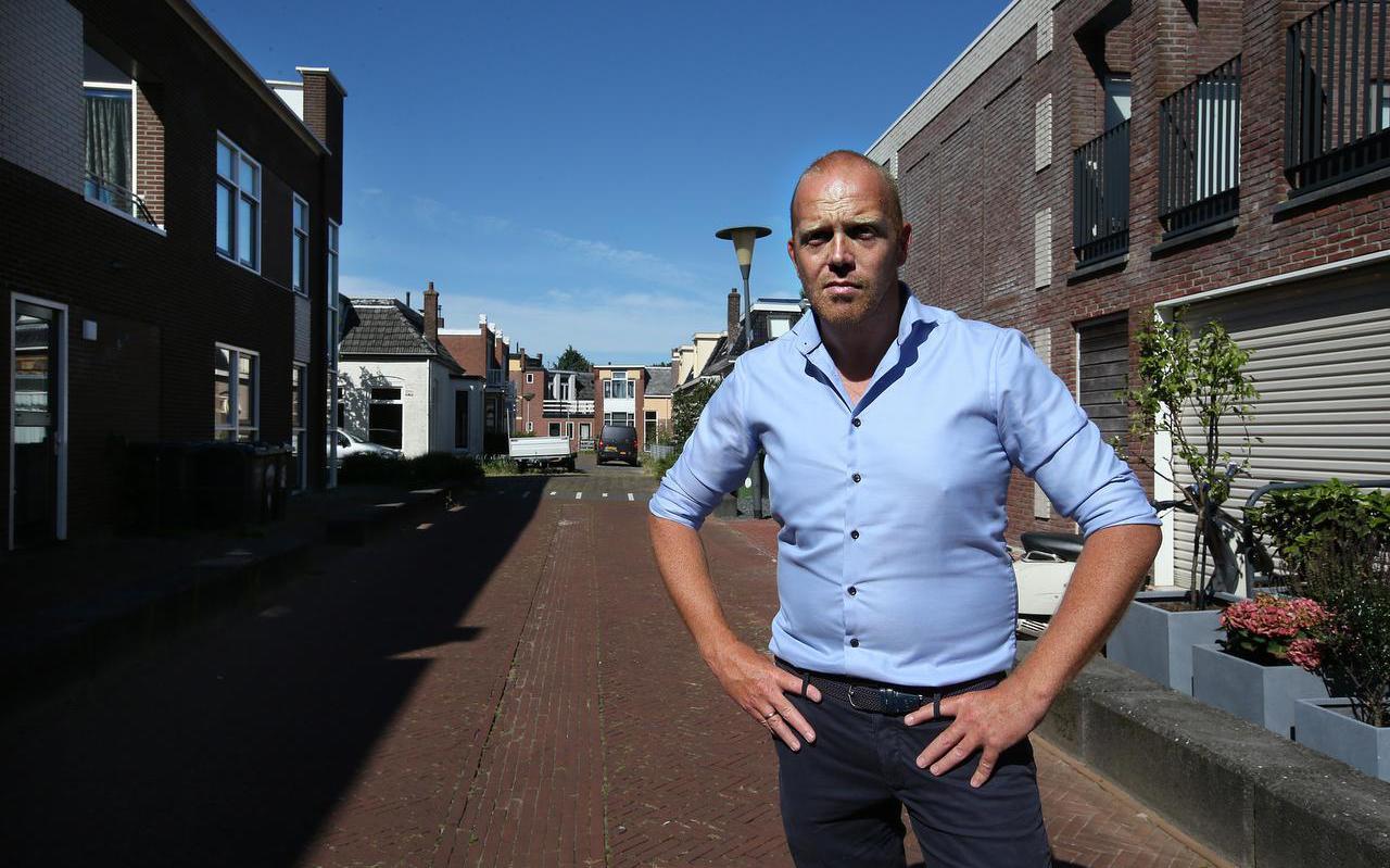 De Leeuwarder volkshuisvestingswethouder Hein de Haan (PvdA), met op de achtergrond de buurt Achter de Hoven/Vegelin. Deze vroegere probleemwijk werd twintig jaar geleden deels gesloopt en herbouwd. Hierdoor ontstond er een betere menging van armere en rijkere bewoners. De sfeer en het imago van de buurt werden hier sterk mee verbeterd.
