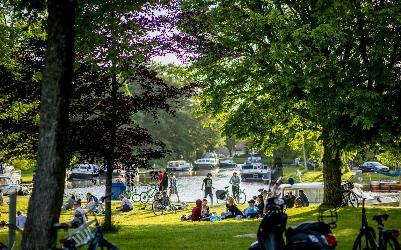 Omwonenden van de Prinsentuin aan de Wissesdwinger zijn de overlast van jongeren in het park meer dan zat.