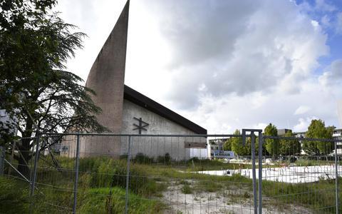 Omwonenden van de Adelaarkerk in Bilgaard kijken al jaren aan tegen een bouwput.