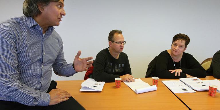 Marcel Bok en Marijke de Vries-Wierstra (aan tafel) krijgen les van Leen van der Plas. FOTO NIELS WESTRA