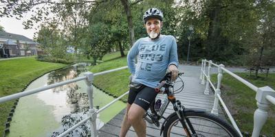 Omrop Fryslân-presentator Willem de Vries steekt tegenwoordig al zijn energie in mountainbiken over smalle paadjes, zoals in de Prinsentuin in Leeuwarden. FOTO MARCEL VAN KAMMEN