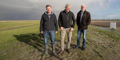 Harry Feenstra, Sjak Papma en Johannes Houtsma (vlnr) op de Waddenzeedijk bij het gemaal de Heining. FOTO JAN SPOELSTRA