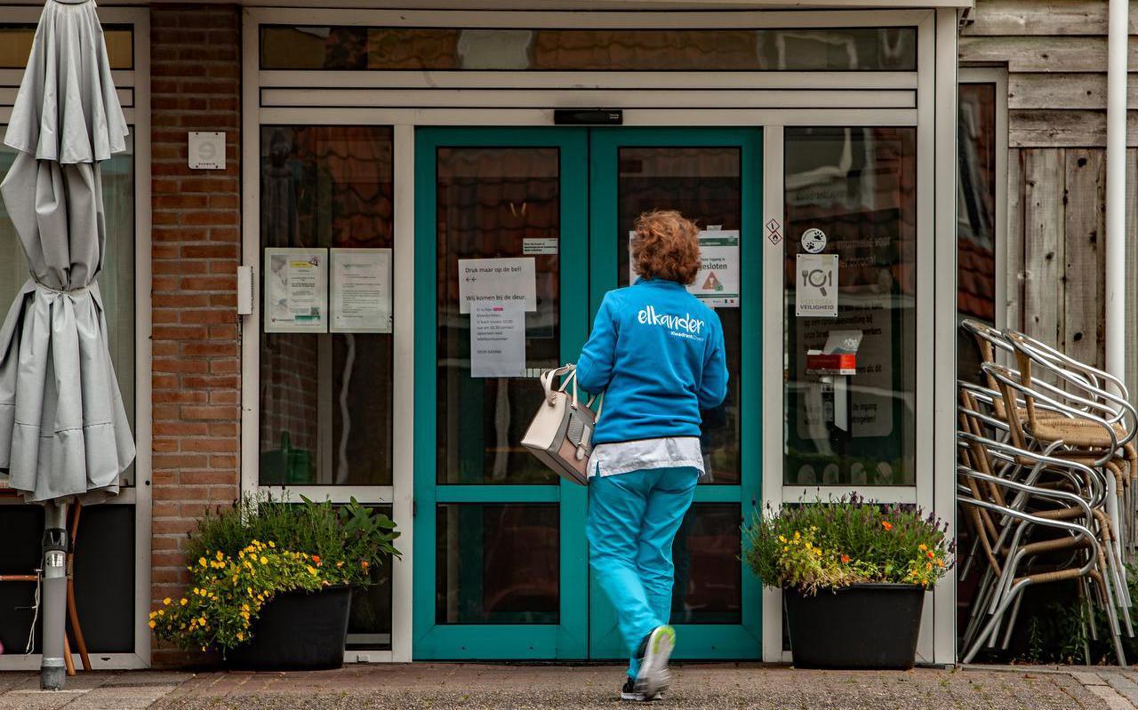 De met 'gesloten' plakkaten behangen deuren gaan alleen open voor personeel van De Stelp.