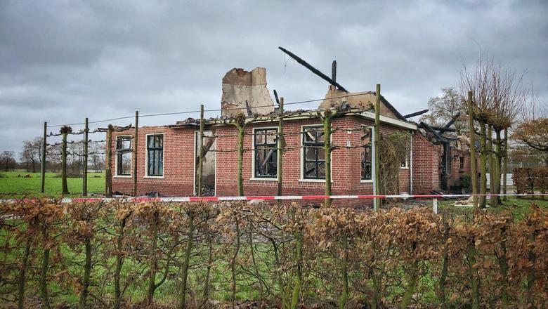 De woonboerderij aan de Foksegatten bij Feanwâldsterwal brandde geheel uit in de nacht van maandag op dinsdag. Hond Lia overleefde het vuur niet. FOTO LC/MELLE VELTMAN