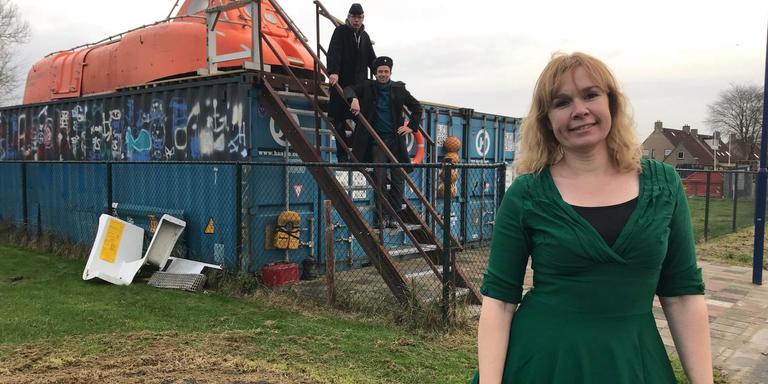 Trudy de Vos bij de escaperoom Spooky Submarine. Op de achtergrond André Bootsma en Wouter Kramer. FOTO LC