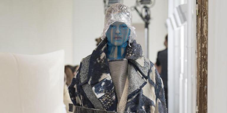 De jas van Claudy Jongstra op de catwalk van Maison Margiela.