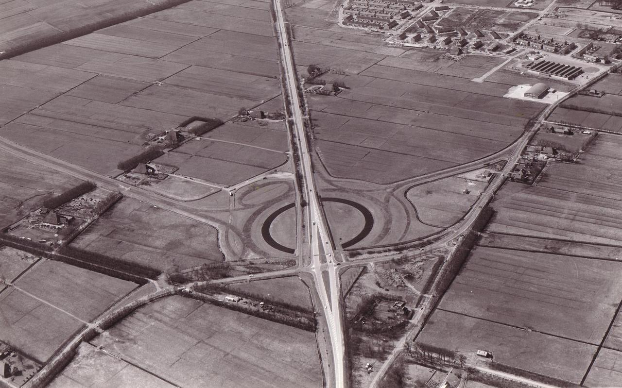 Banen van aarde geven aan waar de rotonde bij Joure moet komen. De foto dateert van 1969. FOTO KNOOPPUNT JOURE