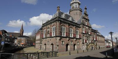 Amateurhistorici in Bolsward zitten vol vragen over de ophanden zijnde ontruiming van het monumentale stadhuis. FOTO ARCHIEF LC