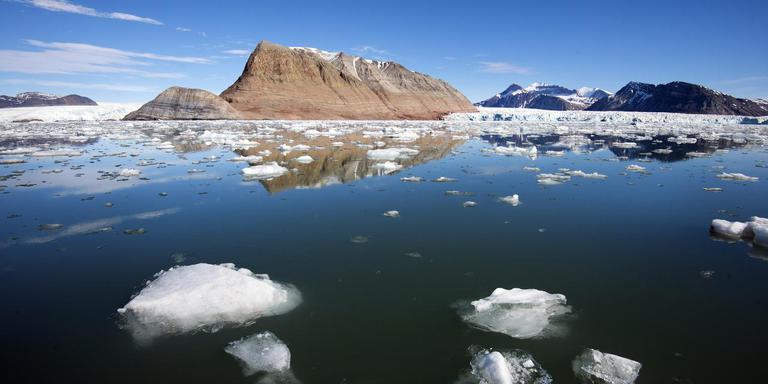 Hoge rotsen langs de baai met ijs. FOTO MARCEL VAN KAMMEN