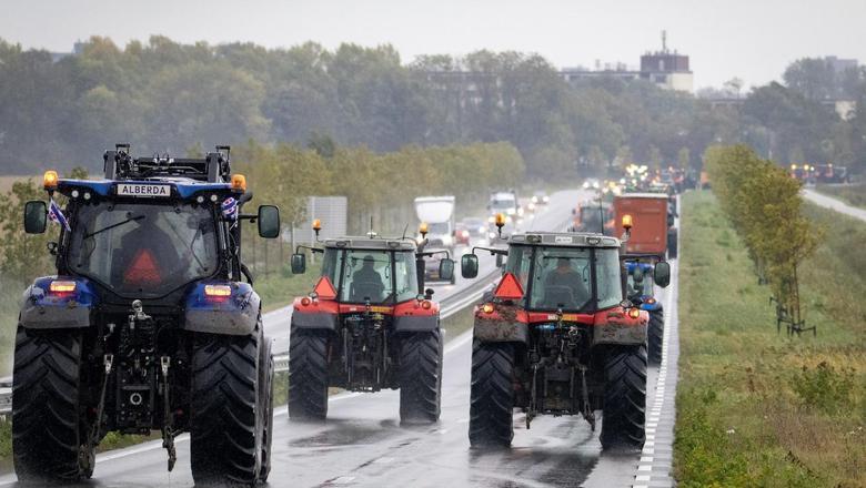 Het beeld van een eerder protest: tientallen trekkers rukken over de A31 op richting Leeuwarden.