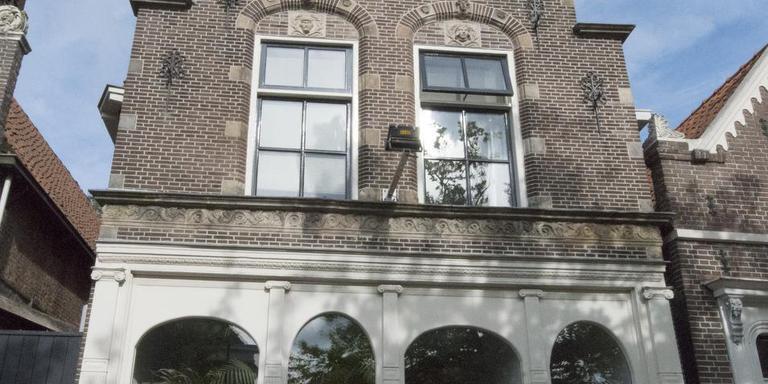 Dicky Bosma-Faber voor het geboortehuis van Aggie van der Meer in Bolsward. groet, Dicky Bosma-Faber