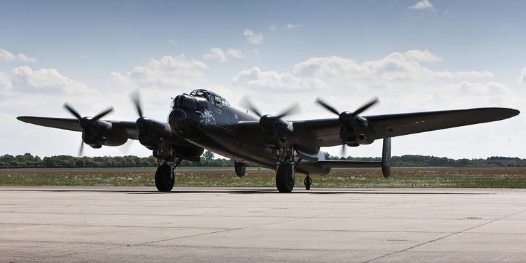 Groot-Brittannië gebruikte tijdens de Tweede Wereldoorlog veelvuldig de zware bommenwerpers van het type Avo Lancaster om Duitsland te bombarderen. Het hier getoonde exemplaar is nog vliegwaardig en landde in 2011 op vliegveld Eelde.