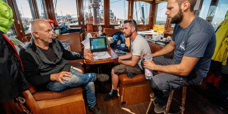 Eigenaar Jan Bruisma van driemastbark Artemis overlegt met de vaste crew. FOTO NIELS DE VRIES
