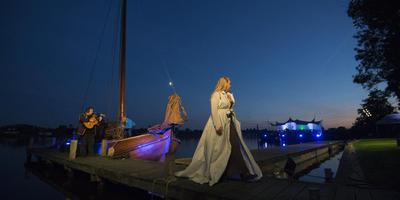Ella de Jong tijdens de repetitie voor Myn Skip. FOTO MARCEL VAN KAMMEN