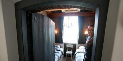 André Buwalda leunt tegen de muur in de bijzondere slaapkamer in de kerk van Schettens. FOTO CATRINUS VAN DER VEEN