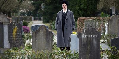 Monique Buising begeleidt met haar gedichten eenzame overledenen naar het graf. FOTO NIELS WESTRA