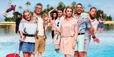 De cast van Expeditie Eiland, met Ferry Doedens derde van rechts (in mintgroene broek en Hawaiï-bloes). FOTO ARJAN BENNING EN EELCO CLAAS