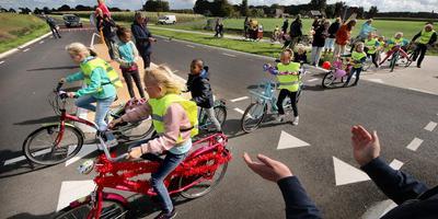 Op versierde fietsen openden kinderen van De Barte de rondweg om Hemelum. FOTO SIMON BLEEKER
