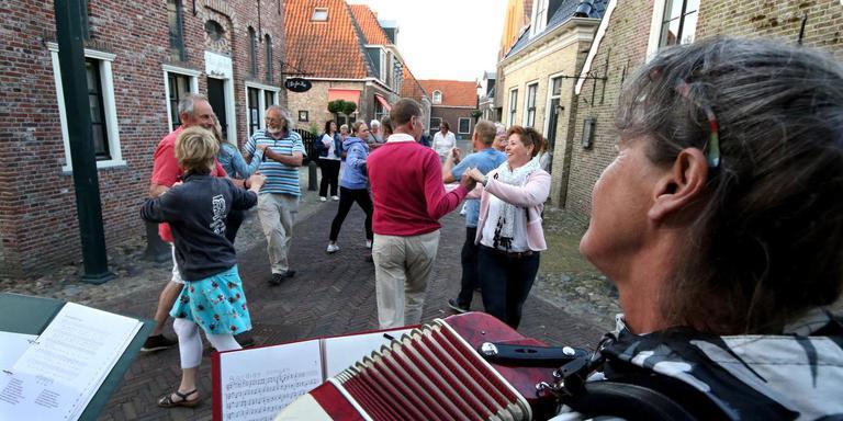 Oefening van een dans voor de theatrale wandeling Het Fluitschip in Hindeloopen. FOTO SIMON BLEEKER