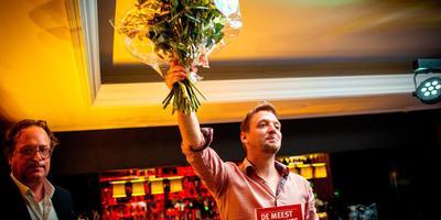 Siep de Vries viert zijn verkiezing tot Meest Markante Horecaondernemer van Friesland. FOTO JILMER POSTMA