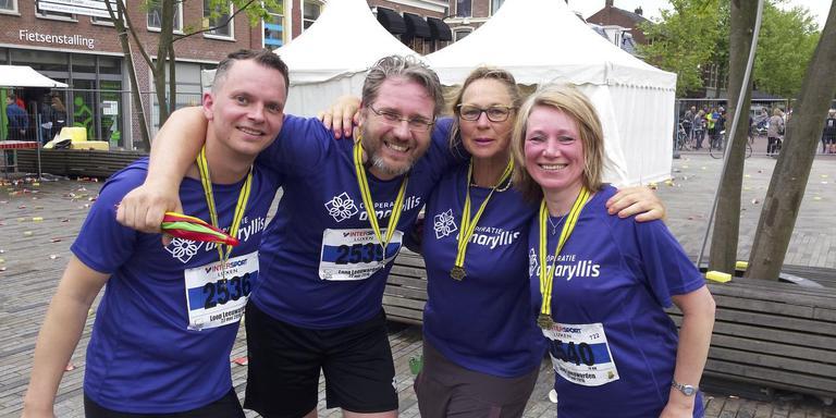 Wandelaar Elly Hoogeveen (tweede van rechts) met haar hardlopende Amaryllis-collega's Irina Petrova, Klaas-Jan Vlaanderen (links) en Bernard Kloostra. FOTO HENK JAN DIJKS