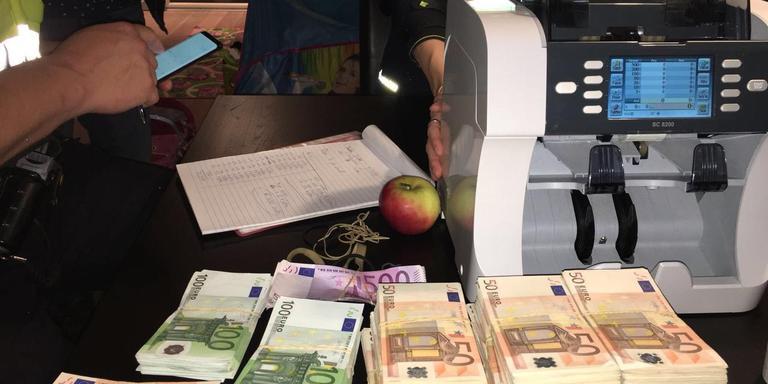 De in beslag genomen 150.000 euro, nadat het door de geldtelmachine is gehaald. FOTO POLITIE NOORD-NEDERLAND
