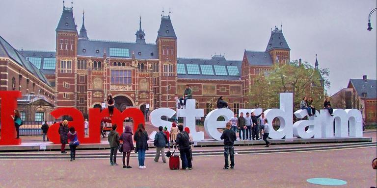 De letters op het Museumplein in Amsterdam. FOTO GOOGLE