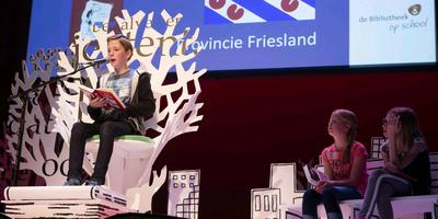 Winnaar Jan Dirk Pesman leest tijdens de nationale voorleesfinale voor uit 'Leven van een loser'. FOTO JØRGEN KOOPMANSCHAP