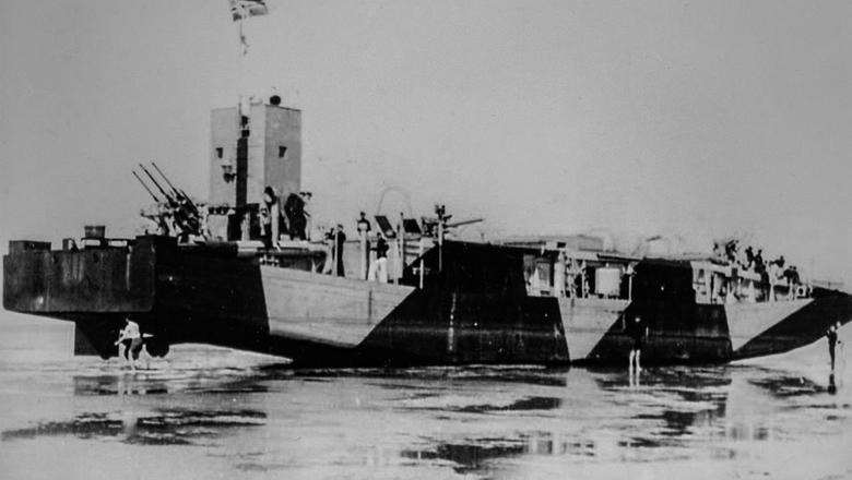 Twee kleinere Duitse oorlogsschepen spoelden een jaar na de bevrijding aan op de kust van Ameland. Damster Jan Blaak houdt zich intensief bezig met deze vreemde geschiedenis. Reprofoto van een van de twee schepen terwijl het op het wad ligt.