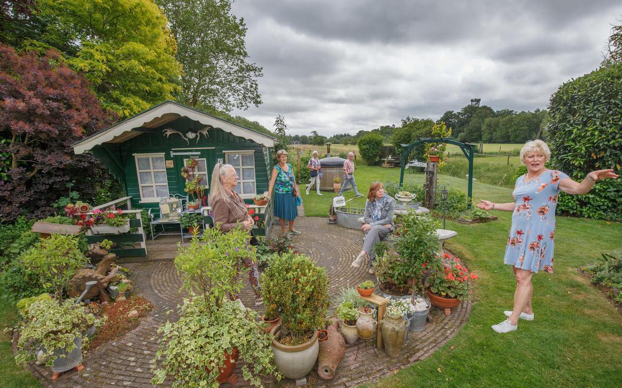 Anneke Liemburg in Oranjewoud vertelt over de tuin van haar en Jochem. Verder v.l.n.r. Hennie Vogelsang-van der Meulen, en Inge van der Ploeg, beiden uit Oranjewoud; op de achtergrond Anneke Oosterhof (Ureterp) en Jan Schokker (Joure), zittend Jetty Bruinsma uit Oosterwolde.