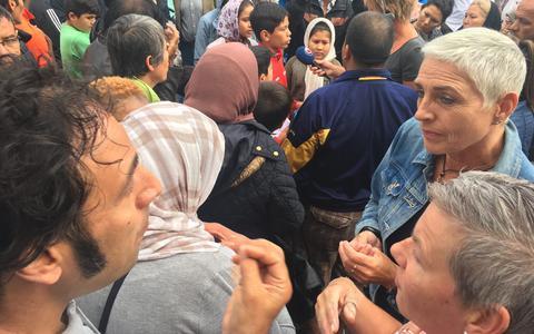 Burgemeester Wilma Mansveld in gesprek met asielzoekers tijdens het protest in Burgum.