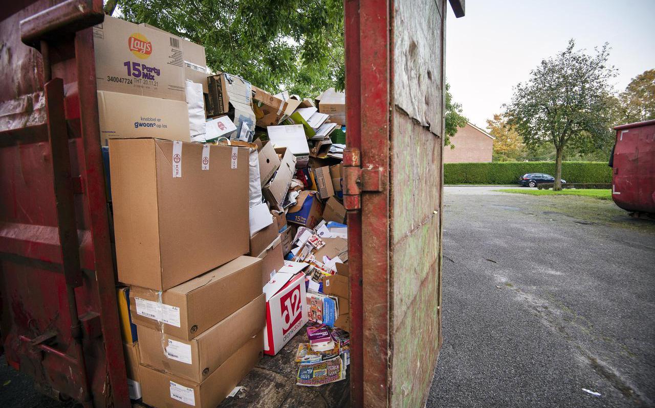 Papiercontainer in Ternaard. De gemeente Noardeast-Fryslân wil dat er voortaan overal op dezelfde manier oud papier wordt ingezameld. FOTO MARCEL VAN KAMMEN