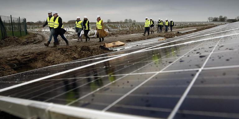 Bij bedrijventerrein De Kie in Franeker werd eind vorig jaar begonnen met de bouw van een zonnepark dat energie moet leveren aan 3000 huishoudens. Friesland ligt op koers voor het opwekken van duurzame energie. Met besparen blijft de provincie achter. FOTO NIELS DE VRIES
