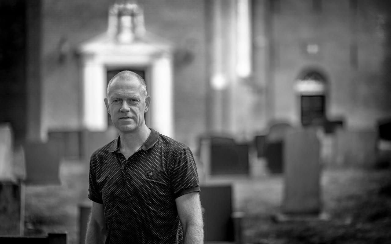 Fotograaf Jeroen Taalman bij de dorpskerk van Wirdum.