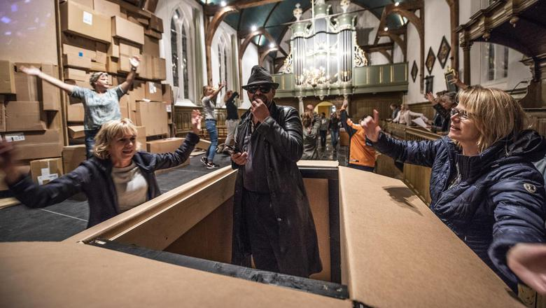 De preekstoel van de Jacobikerk van Wommels gaat schuil achter het decor van dozen bij de repetitie van De profylfoto fan Klaas. FOTO HOGE NOORDEN/JACOB VAN ESSEN